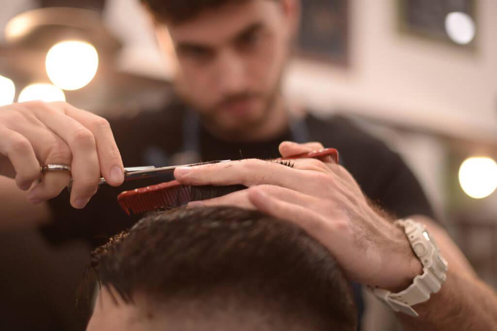 散髪する理容師