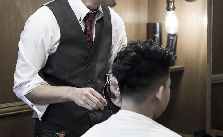 理容師がヘアワックスについてアドバイスしているイメージ