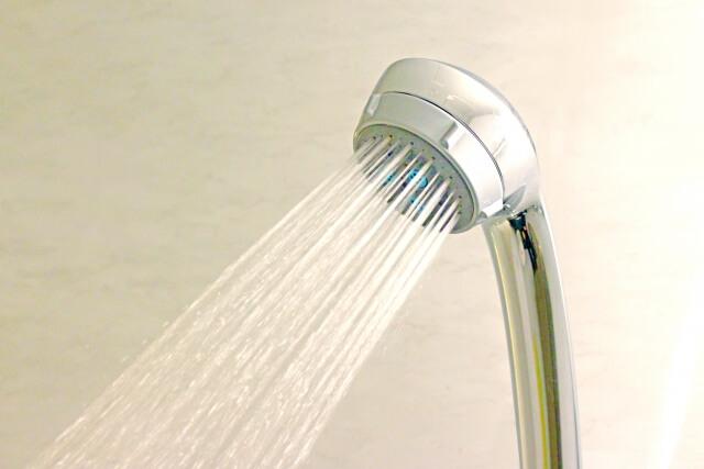 シャワーで洗い流すイメージ