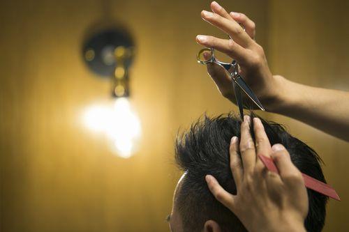 くせ毛を短くカットする理容師