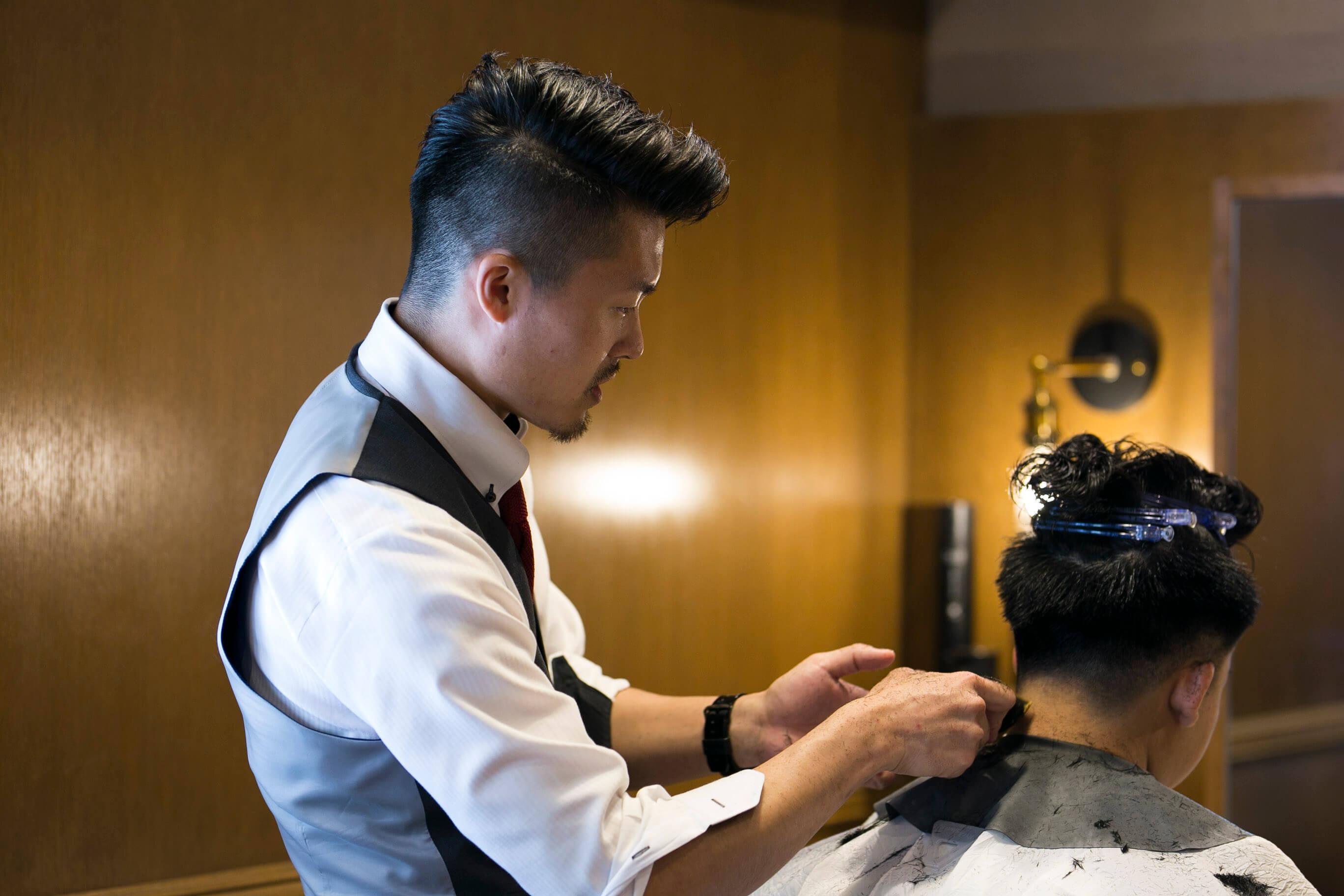 GMで髪を切る先輩理容師スタイリスト