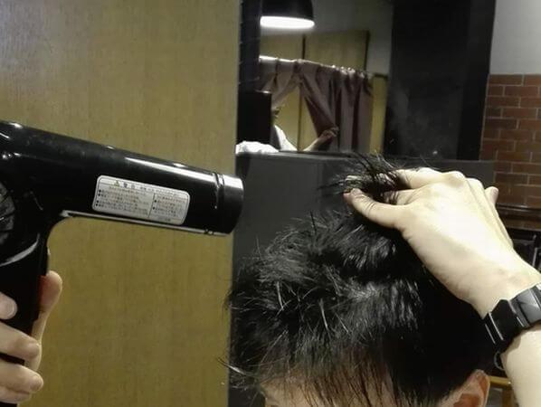 ドライヤーで髪の根元を立ち上げるイメージ