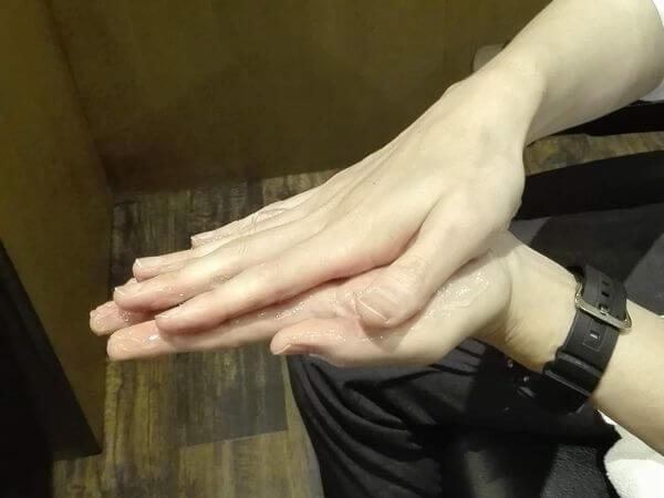 両手をすり合わせジェルを伸ばすイメージ