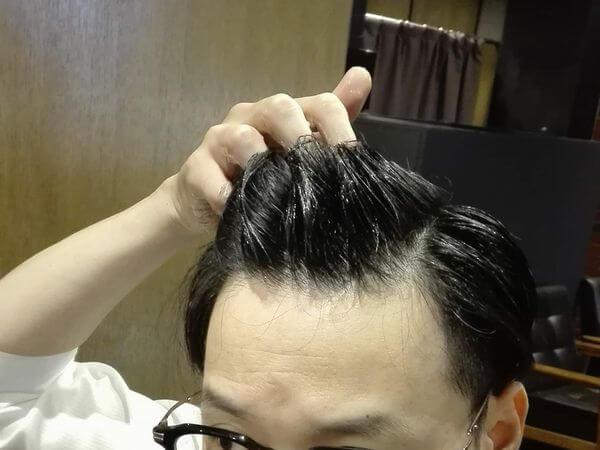 前髪にジェルをつけるイメージ