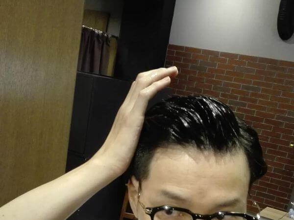 髪の毛全体にジェルをつけるイメージ