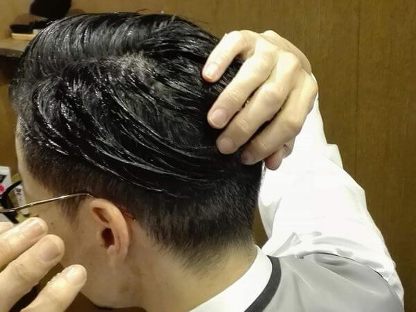 後ろに流してきた髪をまとめるイメージ