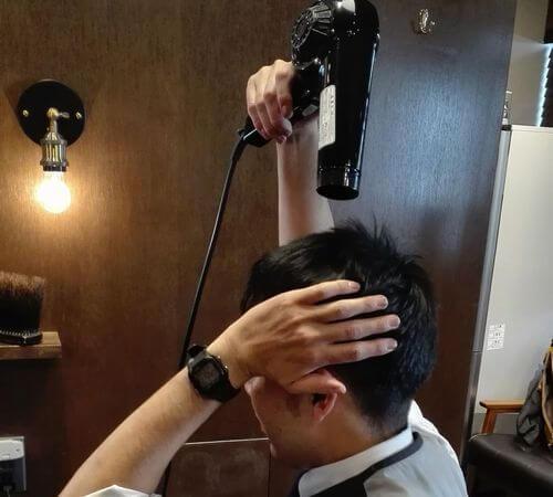 ドライヤーを使い髪を乾かすイメージ
