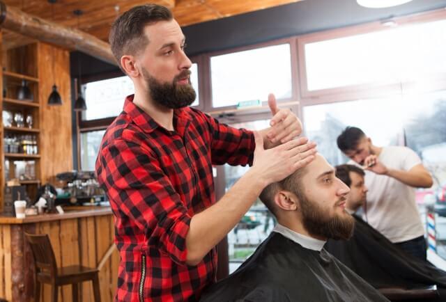 希望の髪型をオーダーする人